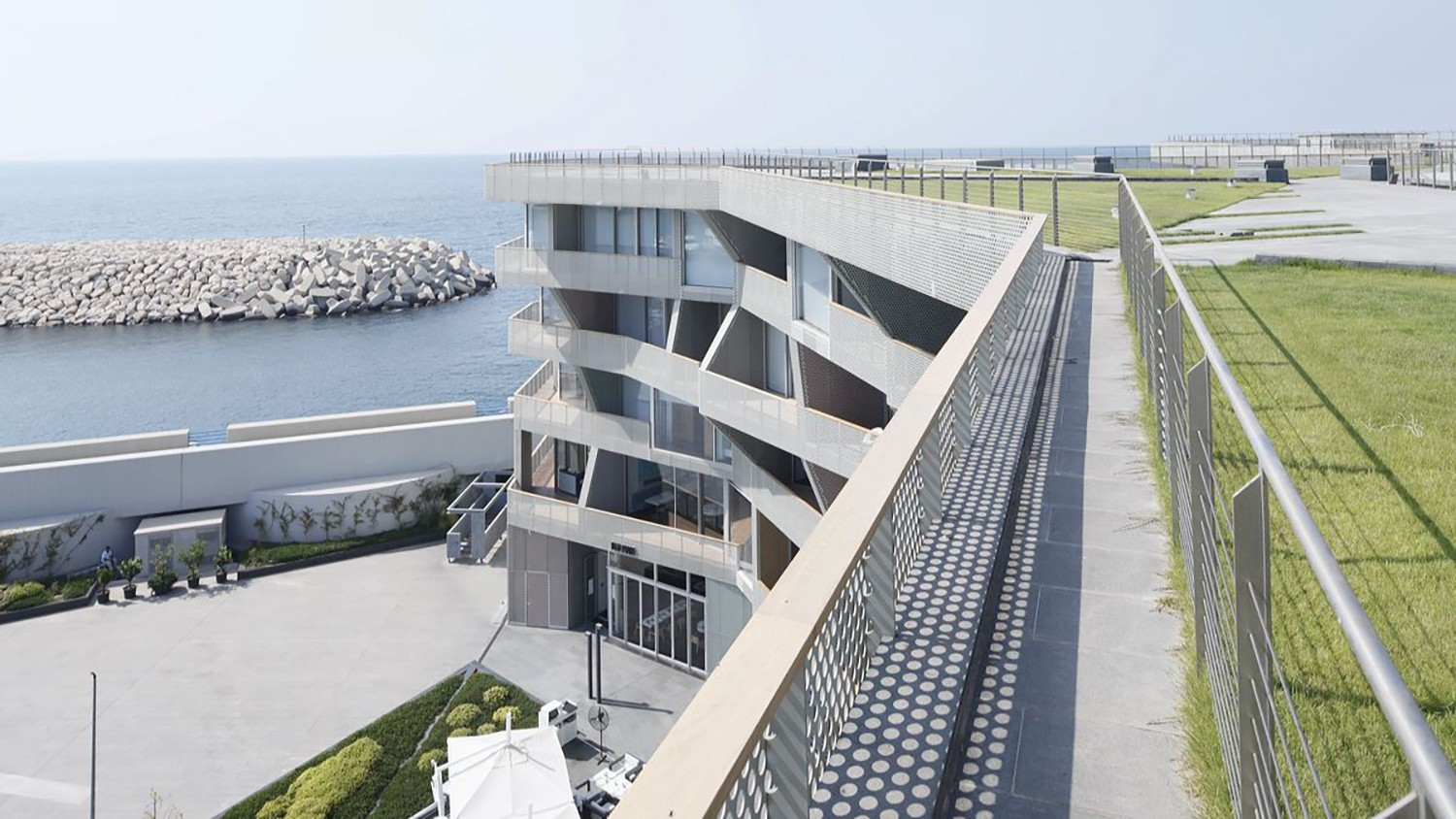 https://stevenholl.sfo2.digitaloceanspaces.com/uploads/projects/project-images/IwanBaan_Beirut_marina_bay_14-08_sha_4149_WH.jpg