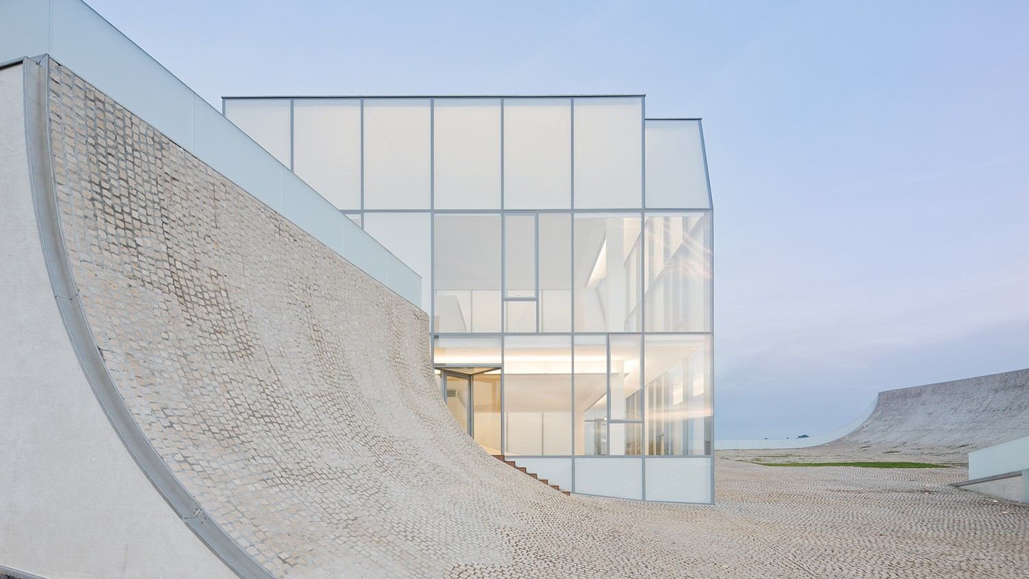 https://stevenholl.sfo2.digitaloceanspaces.com/uploads/projects/project-images/IwanBaan_Biarritz_BiarritzSHA10-127307_WH.jpg