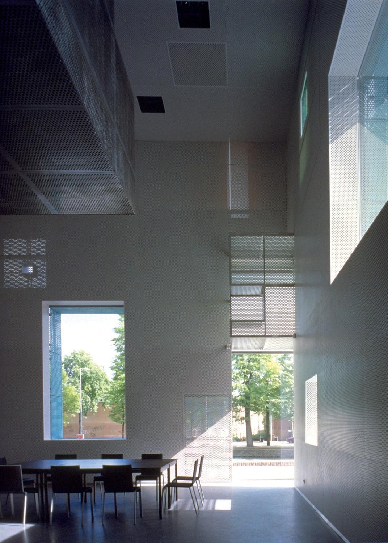 https://stevenholl.sfo2.digitaloceanspaces.com/uploads/projects/project-images/PaulWarchol_Sarph_155BI04PW_WV.jpg