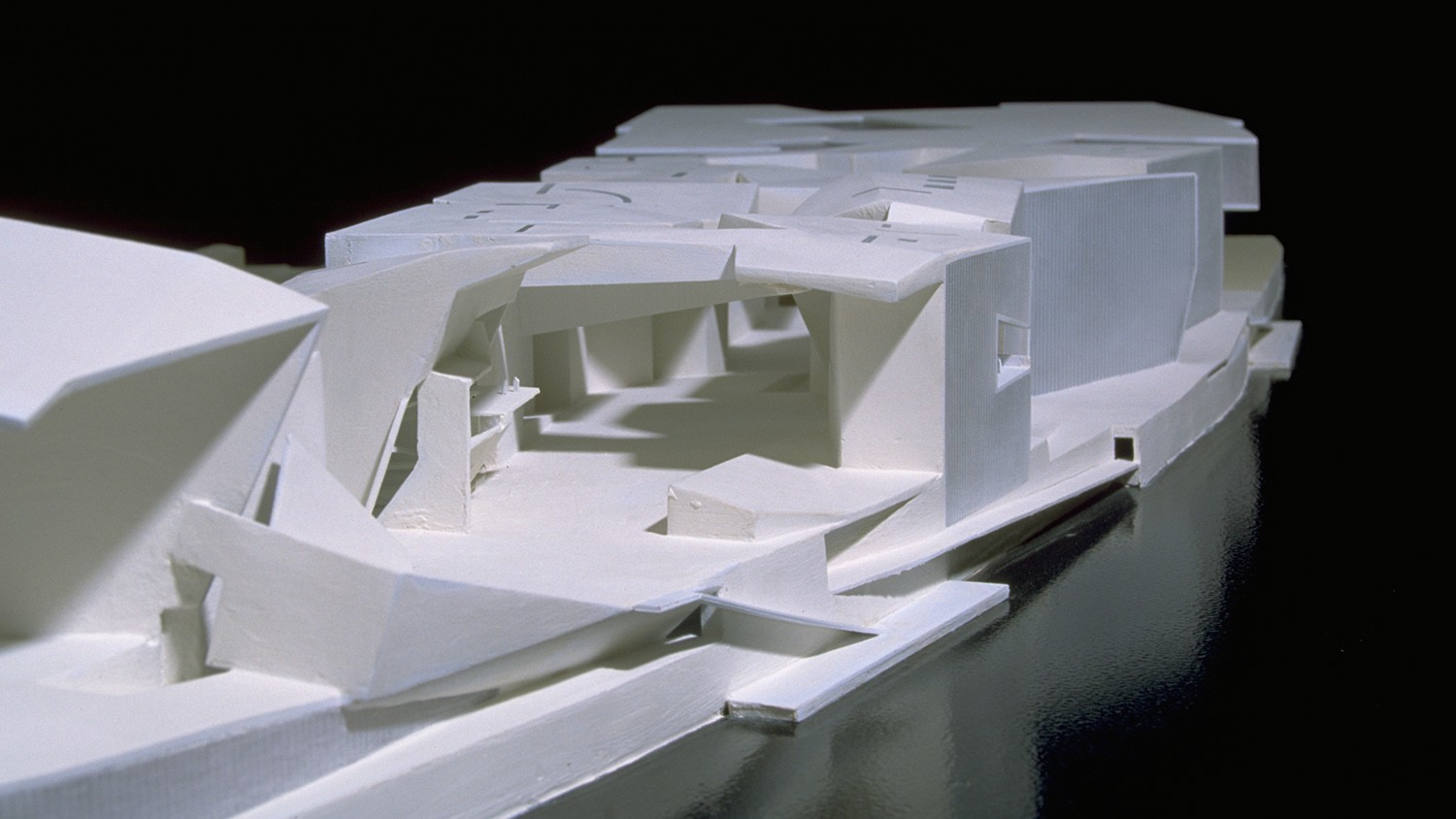 https://stevenholl.sfo2.digitaloceanspaces.com/uploads/projects/project-images/StevenHollArchitects_IleSeguin_front_WH.jpg