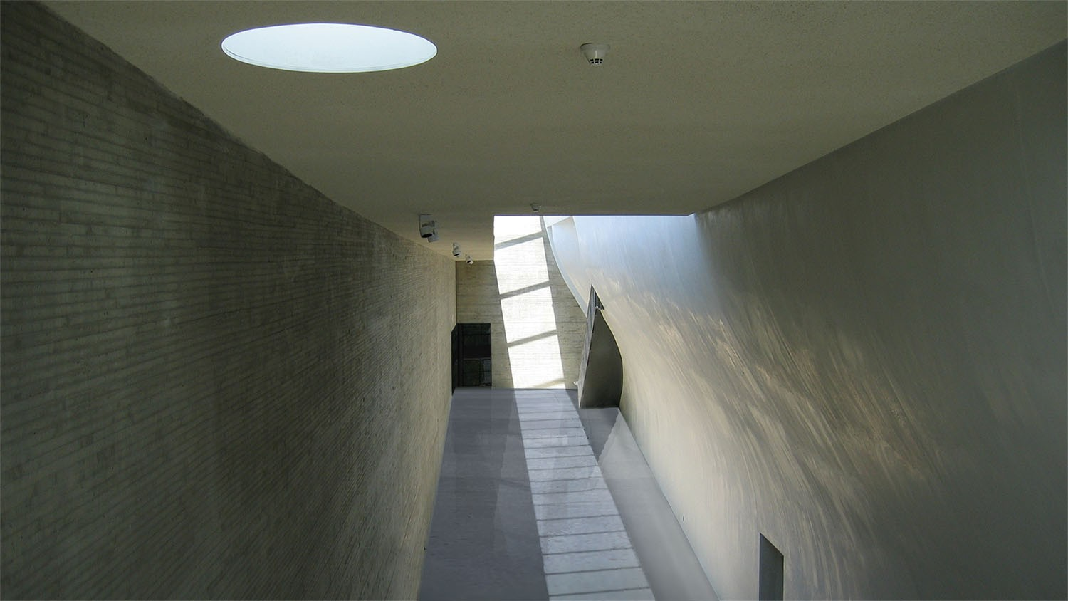 https://stevenholl.sfo2.digitaloceanspaces.com/uploads/projects/project-images/StevenHollArchitects_Whitney_Interior3_WH.jpg